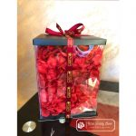 Fioletowy Miś z Róż ze Wstążką 40 cm (GiftBox + Płatki Róż)