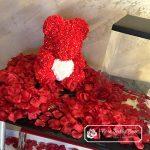 Biały Miś z Róż z Czerwonym Serduszkiem – 40 cm (Box + Płatki Róż+ bilecik + rafaello)