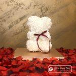Miś z Różyczek z Kokardką – Biały 25 cm (GiftBox + Płatki Róż)