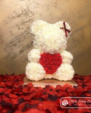 Miś z Róż 40 cm – Ecru z Czerwonym Sercem (Box + Płatki Róż)