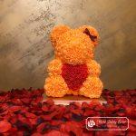 Miś z Róż 40 cm – Pomarańczowy z Czerwonym Sercem (Box + Płatki Róż)