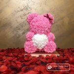 Miś z Róż z Białym Serduszkiem – Różowy 40 cm (Box + Płatki Róż)