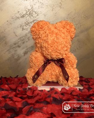 Miś z Róż 40 cm – Łososiowy z kokardą (Box + Płatki Róż)