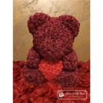 Bordowy Miś z Róż z Czerwonym Serduszkiem – 40 cm (Box + Płatki Róż)