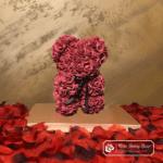 Miś z Różyczek z Kokardką – Bordowy 25 cm (Box + Płatki Róż)
