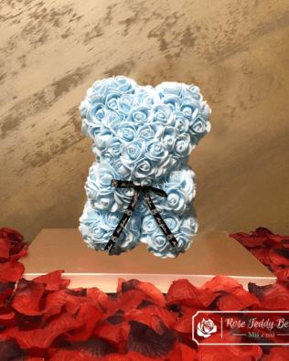 Miś z Różyczek z Kokardką – Niebieski 25 cm (GiftBox + Płatki Róż)