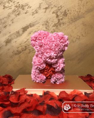Miś z Różyczek z Białym Serduszkiem – Różowy 25 cm