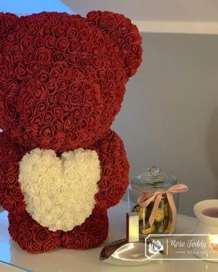 Burgundowy Miś z Róż z Białym Serduszkiem – 60 cm