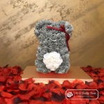 Miś z Różyczek z Białym Serduszkiem- Szary 25 cm (GiftBox + Płatki Róż)