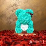 Miętowy Miś z Róż z Białym Serduszkiem – 40 cm (Box + Płatki Róż)